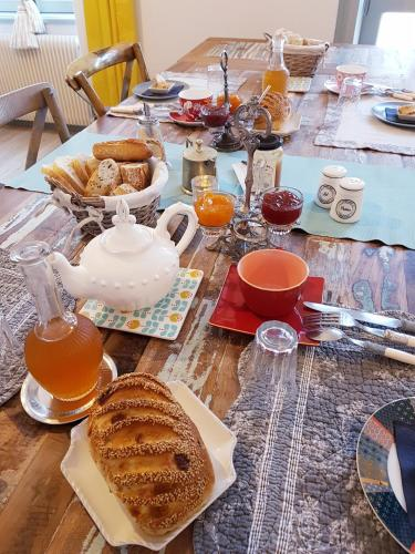 Breakfast options available to guests at La Maison Bizienne & SPA
