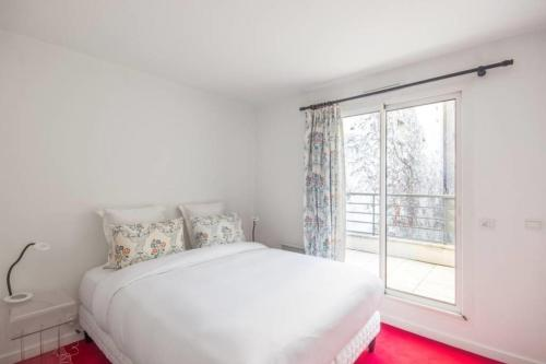 A bed or beds in a room at Bright and colorful flat for 4p with terrace