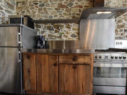 Cuisine ou kitchenette dans l'établissement Holiday home La Remise