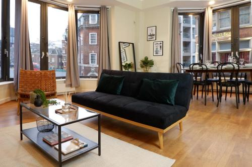 A seating area at Luxurious and spacious 2 bed & 2 bath apartment in Westminster