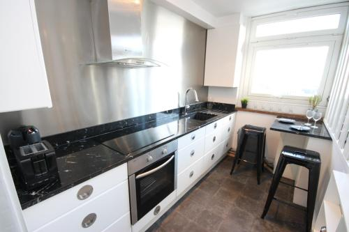 A kitchen or kitchenette at Soho Apartment With Excellent Views