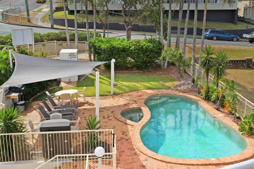 A view of the pool at Kings Way Apartments or nearby