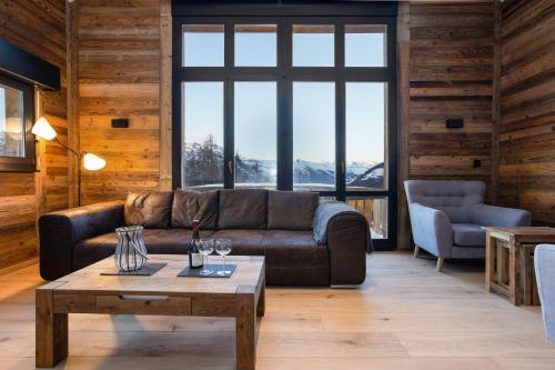 A seating area at Chalet Lupin