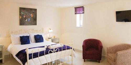 A bed or beds in a room at Cranberries Hideaway