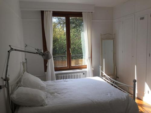 A bed or beds in a room at Lovely Flat #Buttes Chaumont #Sunny