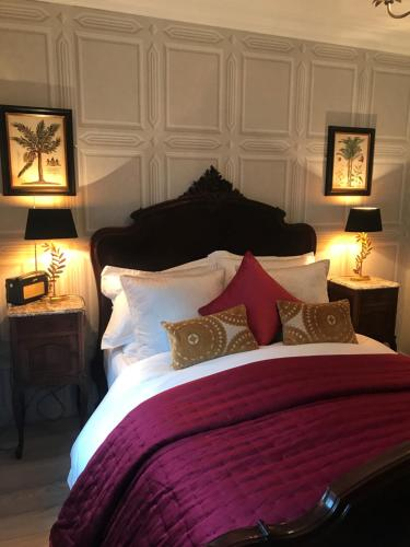 A bed or beds in a room at Coppergate Apartments
