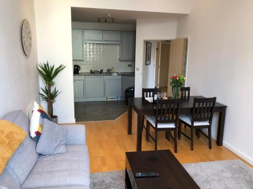 A kitchen or kitchenette at Stylish City Centre Apartment