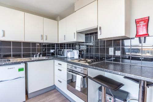 A kitchen or kitchenette at Studio Apartments, STRATFORD - SK.
