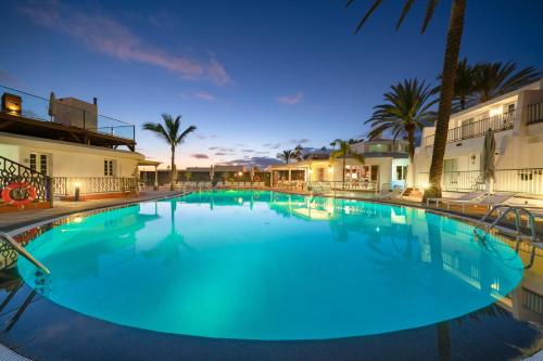 The swimming pool at or near Apartamentos Fariones