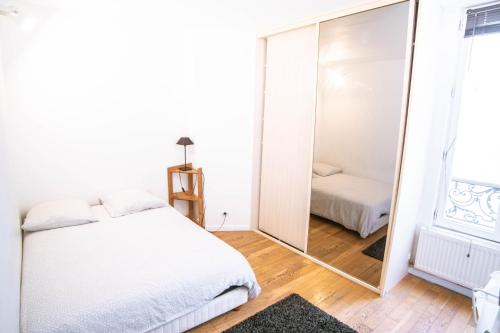 A bed or beds in a room at Appartement Montmartre Chappe