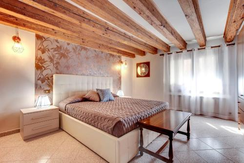 A bed or beds in a room at Ca Serenissima