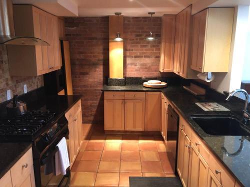 A kitchen or kitchenette at Full loft-style apartment near Omni
