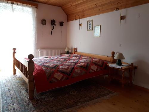 Un pat sau paturi într-o cameră la Holiday House Jasna