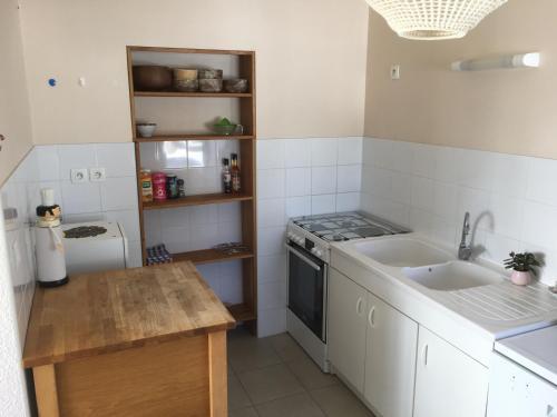 A kitchen or kitchenette at gite de la Cordeliere