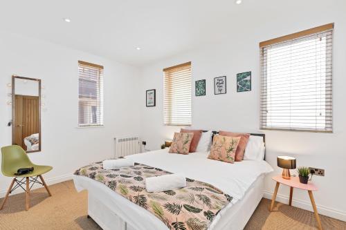 Ein Bett oder Betten in einem Zimmer der Unterkunft Seaview Heights - two bedroom two bathroom loft style apartment direct distant sea views - fast wifi