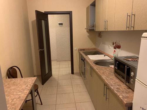 Кухня или мини-кухня в Apartments On Stabilnaya