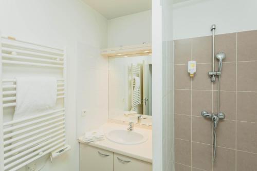 A bathroom at Appart-Hôtel Mer & Golf City Perpignan Centre