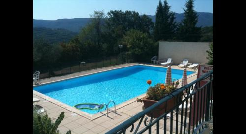 A view of the pool at Appartement en Luberon or nearby