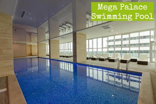 Бассейн в Mega Palace Apartment или поблизости