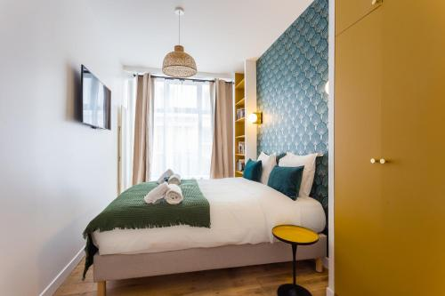 A bed or beds in a room at CMG Charonne / Voltaire III