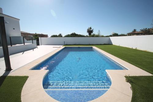 The swimming pool at or near Amazing Villa in El Faro