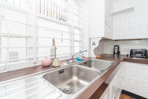 A kitchen or kitchenette at PML Apartments Montpelier Street