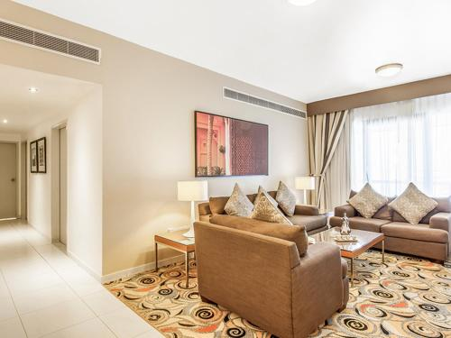 A seating area at Golden Sands Hotel Apartments