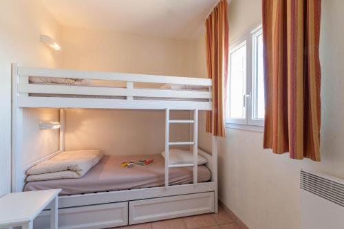 Двухъярусная кровать или двухъярусные кровати в номере Village Pierre & Vacances - Pont Royal en Provence