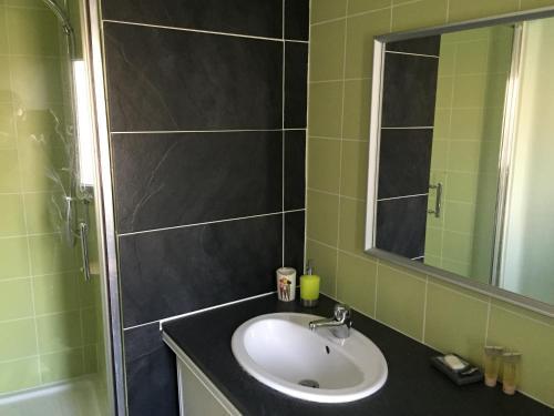 Salle de bains dans l'établissement Melyne Location