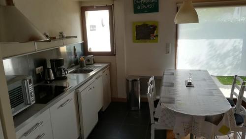Кухня или мини-кухня в La maison des bois flottés