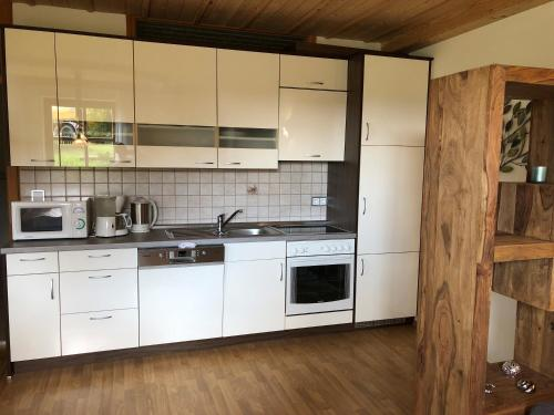 A kitchen or kitchenette at Baretzerhof - Wohnung Seerose