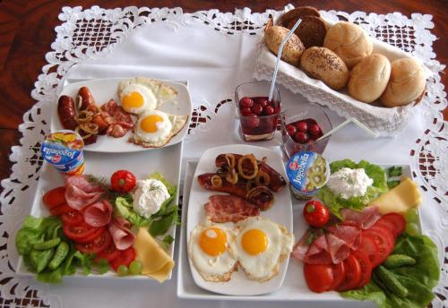 Breakfast options available to guests at Dworek nad Radunią