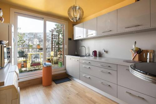 A kitchen or kitchenette at Charming flat with terrace - Paris