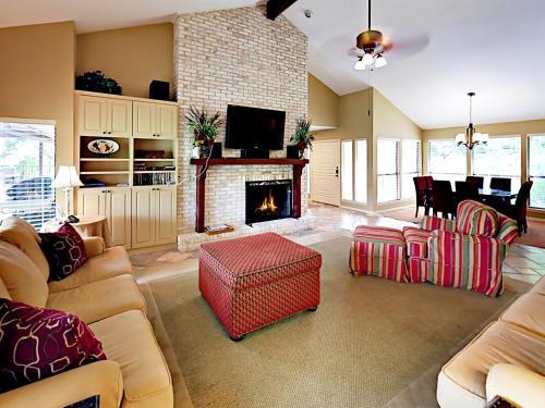 Зона вітальні в Four-Bedroom Lakeway Waterfront House