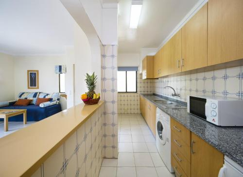 A kitchen or kitchenette at Cheerfulway Clube Brisamar