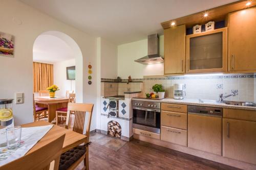A kitchen or kitchenette at Ferienhaus Tauerngold