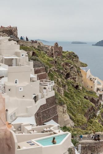 A bird's-eye view of Art Maisons Oia Castle