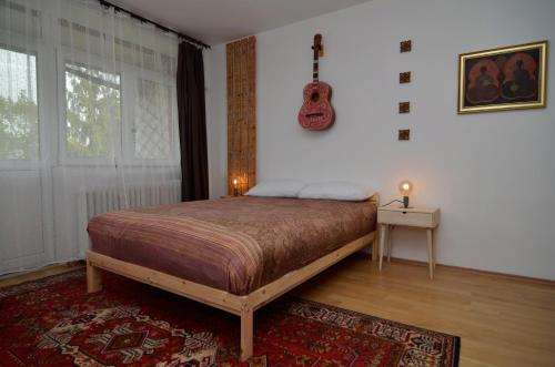A bed or beds in a room at Plopilor two bedroom apartment with beautiful view