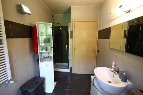 A bathroom at Appartamento Lago maggiore