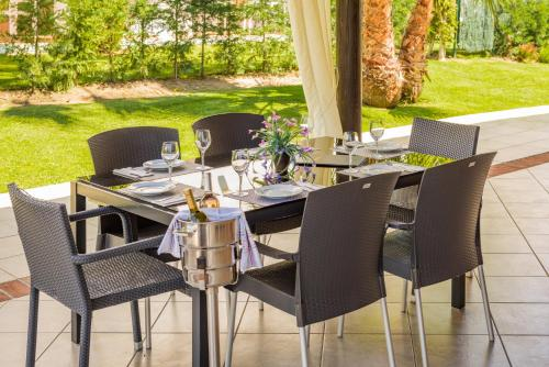 A restaurant or other place to eat at Cortijo Del Mar Resort