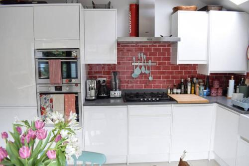 A kitchen or kitchenette at Beautiful 1 Bed Flat in South Clapham