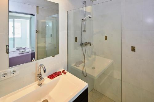 A bathroom at Apartamentos Centremar