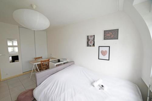 A bed or beds in a room at Charming 22m² studio apartment in the centre of Bordeaux