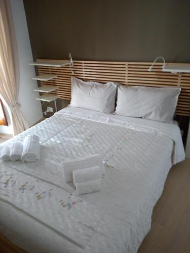 A bed or beds in a room at Mandolla