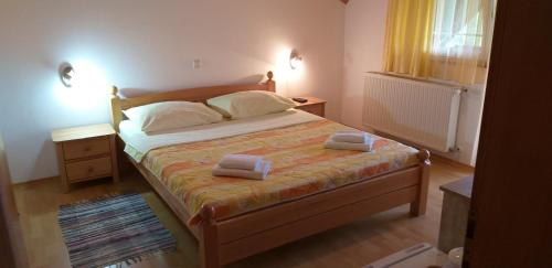 A bed or beds in a room at Apartman & Sobe Orhideja