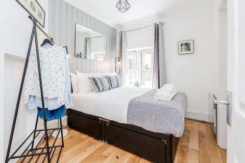 A bed or beds in a room at Trendy Covent Garden Apartment