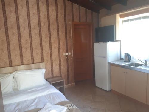 Un pat sau paturi într-o cameră la Sirines Apartments
