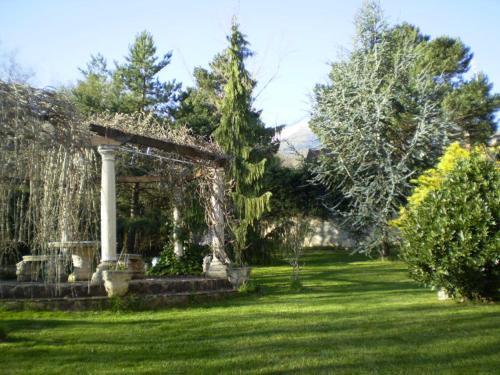 A garden outside Casa Rural El Jardin del Moncayo