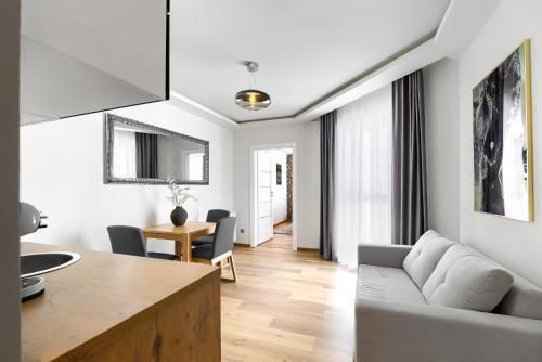 A kitchen or kitchenette at Toress Apartamenty Deptak