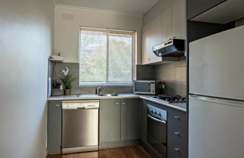 Una cocina o zona de cocina en Adelaide DressCircle Apartments - Childers Street